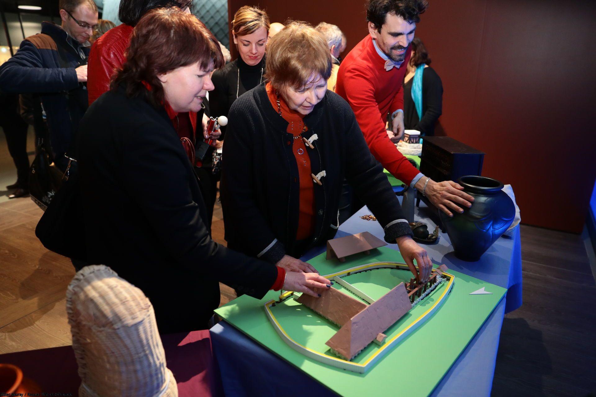 légende photo : visite tactile au musée de Bretagne