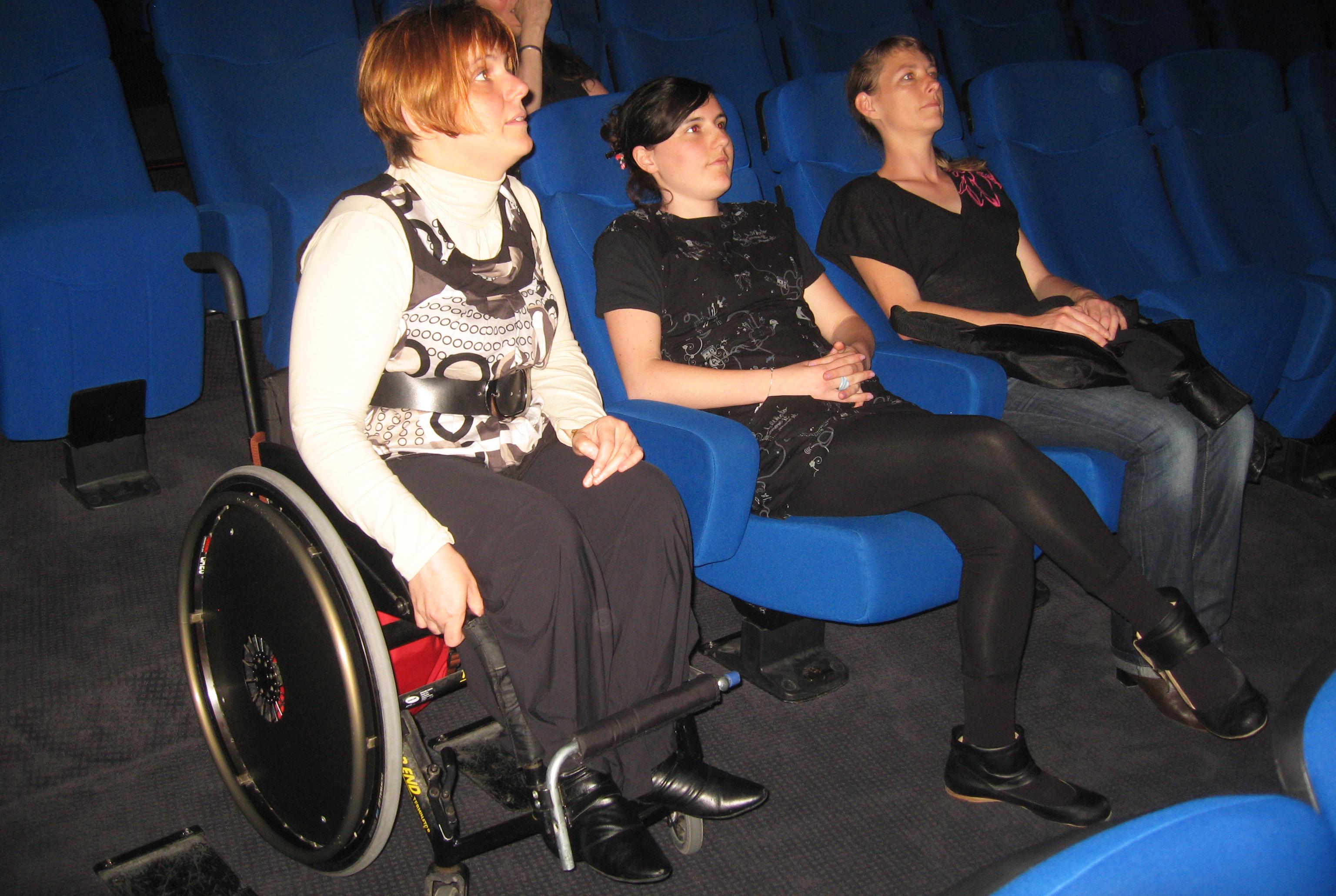 légende photo : une personne en fauteuil roulant au Planétarium